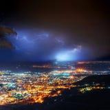 Nachtlichter der Küstenstadt von der Höhe Stockfotos