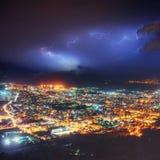 Nachtlichter der Küstenstadt von der Höhe Stockfoto