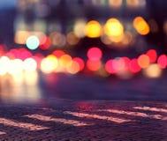 Nachtlichter in der Stadt und im Zebrastreifen Stockfotografie