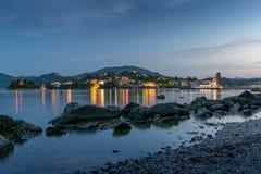 Nachtlichter an Korfu-Kloster Stockfotos