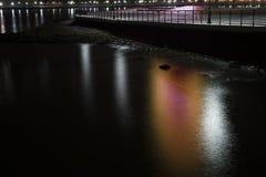 Nachtlichter reflektiert im Wasser Lizenzfreie Stockfotos