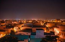 Nachtlichter unten im Stadtmitternacht Stockbild