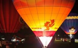 Nachtlichtshow mit hellen Ballons Stockfotografie
