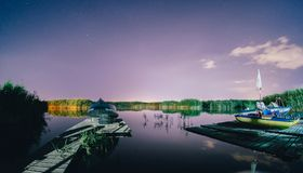 Nachtligplaats met boten royalty-vrije stock afbeelding