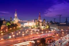 Nachtluftpanorama zum Heiligen Basil Cathedral, zu Brücke Bolshoy Moskvoretsky und zu den Türmen von Moskau der Kreml Stockfotografie