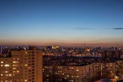 Nachtluftstadtbildansicht zu den städtischen modernen Wohngebäuden in Voronezh Stockbilder
