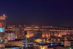 Nachtluftstadtbildansicht zu den städtischen modernen Wohngebäuden in Voronezh Stockfotografie