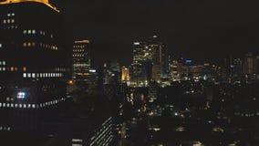Nachtluftvermessung der Stadt von Jakarta mit Wolkenkratzern stock video footage
