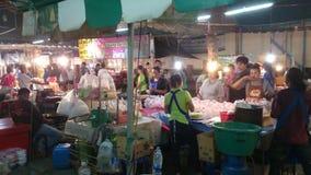 Nachtmärkte, die Lebensmittel Samut Prakan, Thailand verkaufen stock video footage