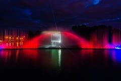 Nachtmagische Show von Brunnen auf der zentralen Ufergegend Roshen Stockfotos