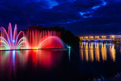 Nachtmagische Show von Brunnen auf der zentralen Ufergegend Roshen Lizenzfreie Stockfotos