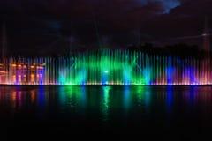 Nachtmagische Show von Brunnen auf der zentralen Ufergegend Roshen Stockfotografie