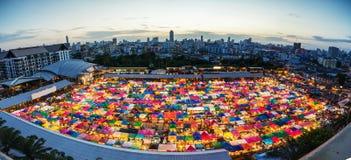 Nachtmarkt in Bangkok, zweite Handeinkaufen Lizenzfreies Stockfoto