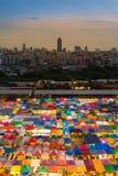 Nachtmarkt-Dachspitze in der Stadt im Stadtzentrum gelegen Lizenzfreies Stockbild