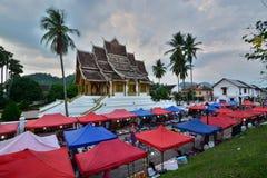 Nachtmarkt en de Klaptempel van Hagedoornpha Royal Palace-museum Luang Prabang laos Stock Afbeeldingen