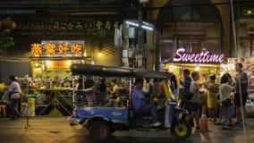 Nachtmarkt für Verkäufer auf Straße Chinatowns Yaowarat, die Hauptstraße in Chinatown lizenzfreie stockfotos