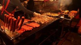Nachtmarkt-Grillverkäufer Stockfoto
