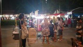 Nachtmarkt nahe großem c-Einkaufszentrum in pathum thani stock video footage