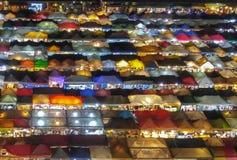 Nachtmarkt van hierboven in Bangkok stock foto's