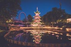 Nachtmeer bij het pretpark van Tivoli in Kopenhagen stock foto's