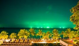 Nachtmeer mit grünem Himmel Stockfotografie