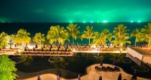 Nachtmeer mit grünem Himmel Stockfotos
