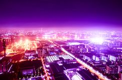 Nachtmeer und Horizont und Stadt und Fabrik Stockfotos