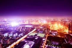 Nachtmeer und Horizont und Stadt und Fabrik Lizenzfreies Stockfoto