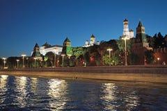 Nachtmening aan de rivier en het Kremlin van Moskou royalty-vrije stock foto