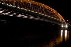 Nachtmening aan moderne brug in Praag, Tsjechische Republiek royalty-vrije stock afbeelding