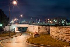 Nachtmening aan weg met tunnel en rookpijpen in Moskou royalty-vrije stock fotografie