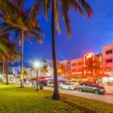 Nachtmening bij Oceaanaandrijving in Miami Stock Afbeeldingen