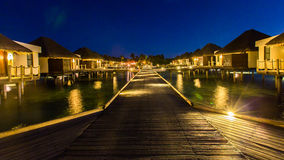 Nachtmening bij Vier Seizoenentoevlucht de Maldiven in Kuda Huraa Royalty-vrije Stock Afbeelding