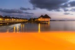 Nachtmening bij Vier Seizoenentoevlucht de Maldiven in Kuda Huraa Royalty-vrije Stock Foto's