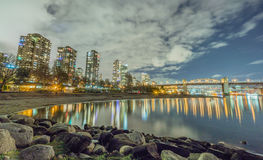Nachtmening bij Zonsondergangstrand en Burrard-brug Stock Foto's