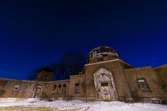 Nachtmening - het Waarnemingscentrum van Warner & Swasey-- Oost-Cleveland, Ohio stock foto's