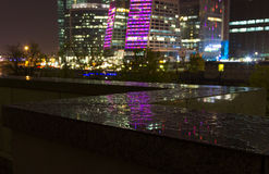 Nachtmening na een regen dichtbij aan de Stad van Moskou stock fotografie