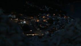 Nachtmening op de auto's die van de rotsachtige heuvel in Kroatië kamperen stock afbeeldingen