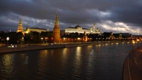 22 09 2017, nachtmening op de dijk van het Kremlin in Moskou stock footage