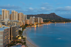 Nachtmening over de stad van Honolulu en Waikiki-Strand stock foto