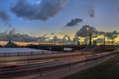 Nachtmening over de verlichte rivieroever in Riga stock foto