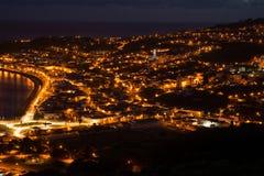 Nachtmening over een stad Horta, Faial Royalty-vrije Stock Afbeeldingen