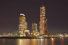 Nachtmening over Kop van Zuid met verlichte lange gebouwen, Rotterdam, Nederland royalty-vrije stock foto