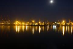Nachtmening over zeehaven Stock Foto's