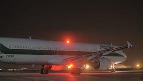 Nachtmening van Alitalia-vliegtuig in Sheremetyevo Luchthaven, Moskou stock footage