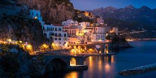 Nachtmening van Amalfi op kustlijn van Middellandse Zee, Italië stock fotografie