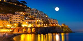 Nachtmening van Amalfi op kustlijn van Middellandse Zee, Italië stock afbeelding