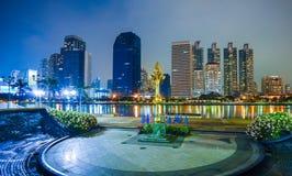 Nachtmening van benjakitipark Bangkok Thailand dichtbij het wolkenkrabber bedrijfsdistrict, de stad van Bangkok stock foto's