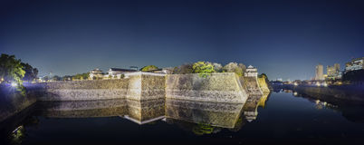 Nachtmening van beroemd Osaka Castle stock afbeelding