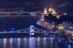 Nachtmening van Boedapest, de bouw van het Hongaarse Parlement en de Kettingsbrug Royalty-vrije Stock Afbeeldingen